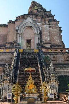 Temple exploring at Wat Chedi Luang